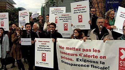 Manifestantes piden más protección para los que denuncian escándalos fiscales
