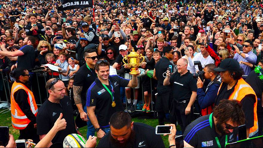 Rugby: All Blacks accolti con la Haka all'aeroporto, pochi tifosi per i Wallabies