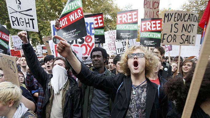 İngiltere'de gençler üniversite harçlarını protesto etti