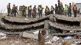 مواصلة البحث عن ناجين من تحت مبنى انهار في باكستان