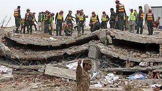 Pakistan'da ekipler enkaz altında kalanlara ulaşmaya çalışıyor
