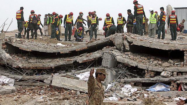 Száz túlélőt mentettek ki a Pakisztánban összedőlt gyárból