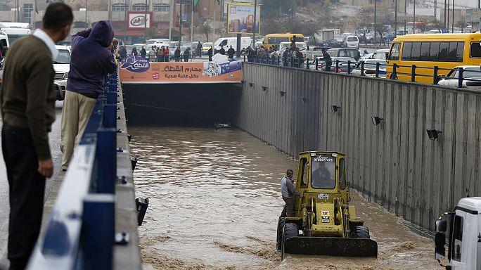 Un temporal relámpago inunda los barrios de Amán