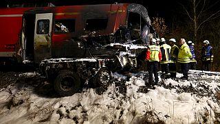 Bayern: Zug rast in steckengebliebenen Tieflader - zwei Tote