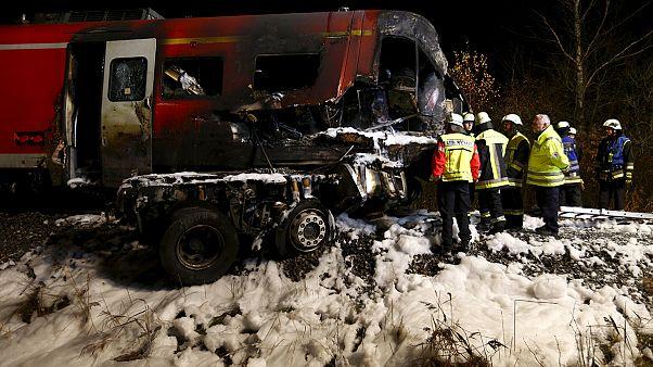 Германия: поезд врезался в грузовик