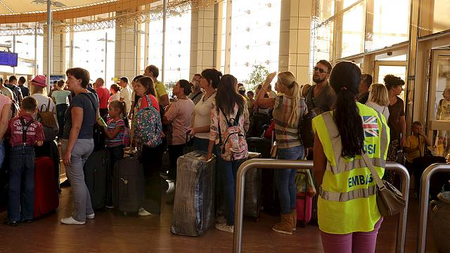 وصول أول طائرة تحمل رعايا بريطانيين إلى مطار لندن قادمة من شرم الشيخ