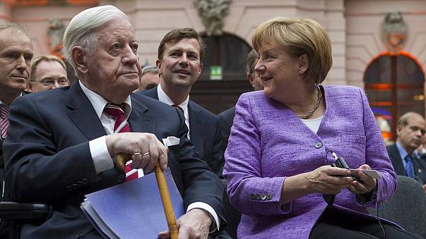 """Merkel: """"Schmidt az ország megtestesült politikai intézménye volt"""""""