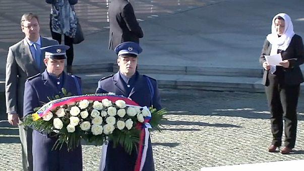 El primer ministro serbio se redime en Srebrenica con rosas blancas y dinero