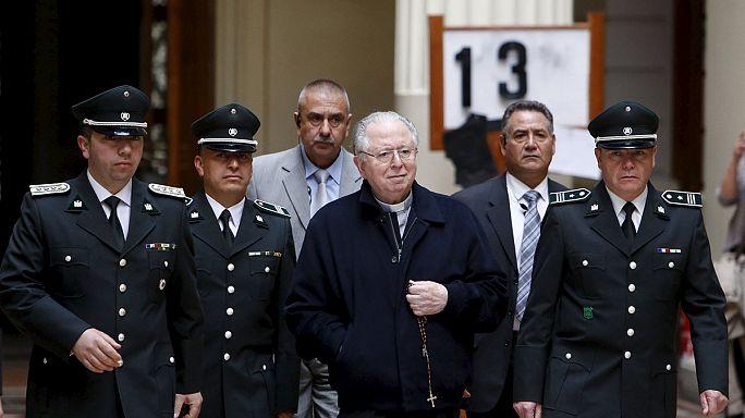 Bíróság előtt a gyermekmolesztáló chilei pap
