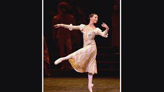 """راقصة الباليه الشابة فرانشيسكا هايوارد تتألق في دور """"جولييت"""""""
