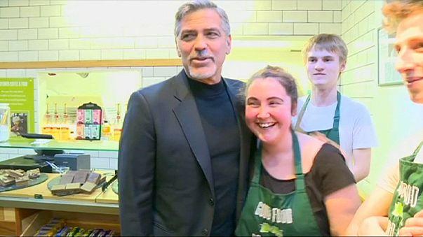 George Clooney evsizlere kafe ziyaretiyle yardım etti