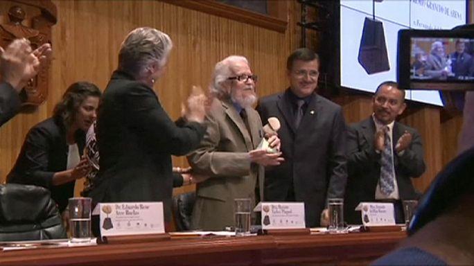 المكسيكي فرناندو دل باسو يفوز بجائزة ثيرفانتيس للأدب الإسباني