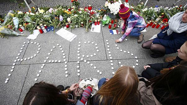 Szerte a világon elítélték a párizsi fegyveres támadásokat