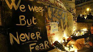 پاریسی ها به قربانیان حملات مرگبار اخیر ادای احترام کردند