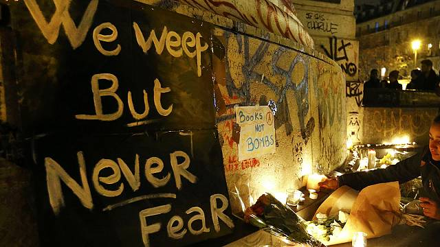 Párizs: sokan emlékeznek a merényletek helyszínén