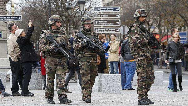 Ataques de Paris: Suspeitos detidos e material de guerra apreendido em Lyon
