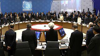Líderes do G20 observam minuto de silêncio pelas vítimas dos ataques terroristas ocorridos em Paris, na sexta-feira