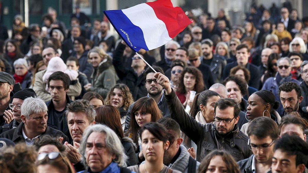 دقيقة صمت لأرواح ضحايا هجمات باريس، في فرنسا وحول العالم