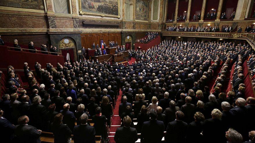 A francia képviselők közösen elénekelték a Marseillaise-t