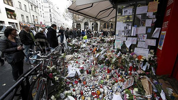 Paris: habitantes rendem homenagem às vítimas e refazem a vida