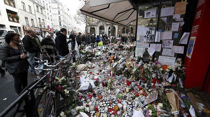 Párizsi terrortámadás: mécsesek és virágok emlékeztetnek a tragédiára