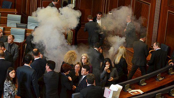 مرة جديدة.. إلقاء غاز مسيل للدموع في برلمان كوسوفو