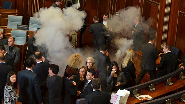 Kosova Meclisi'nde biber gazı gerginliği