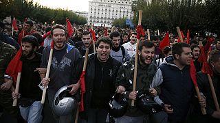 """Tsipras, """"ha traicionado a la izquierda"""", según algunos manifestantes en el 42 aniversario de la revuelta que acabó con la Junta de los Coroneles"""