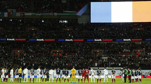 Symbol der Solidarität: Britische Fans singen Marseillaise