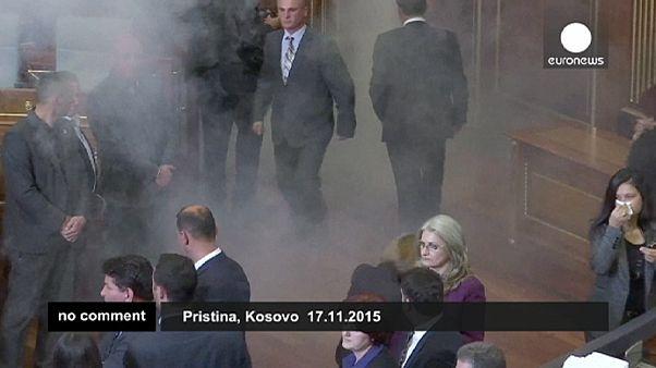 Kosova Parlamentosu'nda göz yaşartıcı gaz paniği