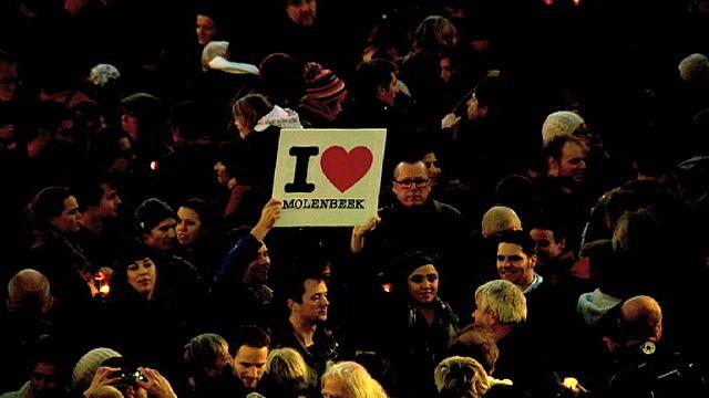 سكان مولينبيك ، في ساحة منطقتهم ، يجتمعون و يقفون دقيقة صمت تكريما لضحايا الإرهاب
