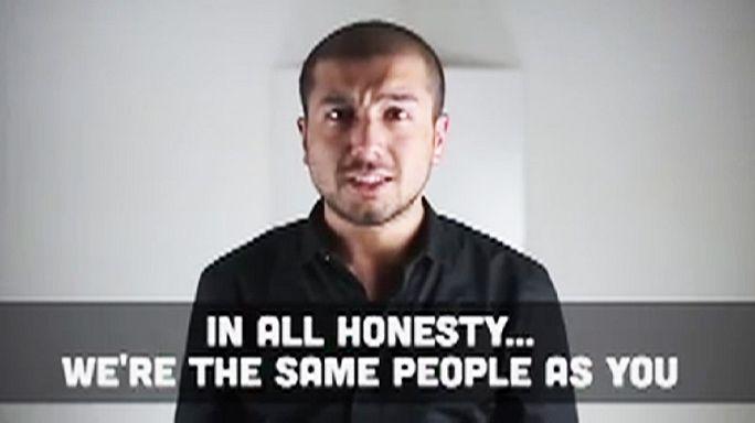 Muslims use hugs and tweets to condemn Paris attacks