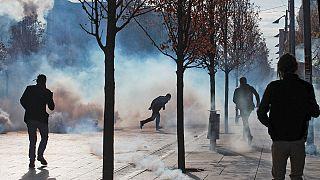 Rendőrök védték meg a kormány épületét Pristinában