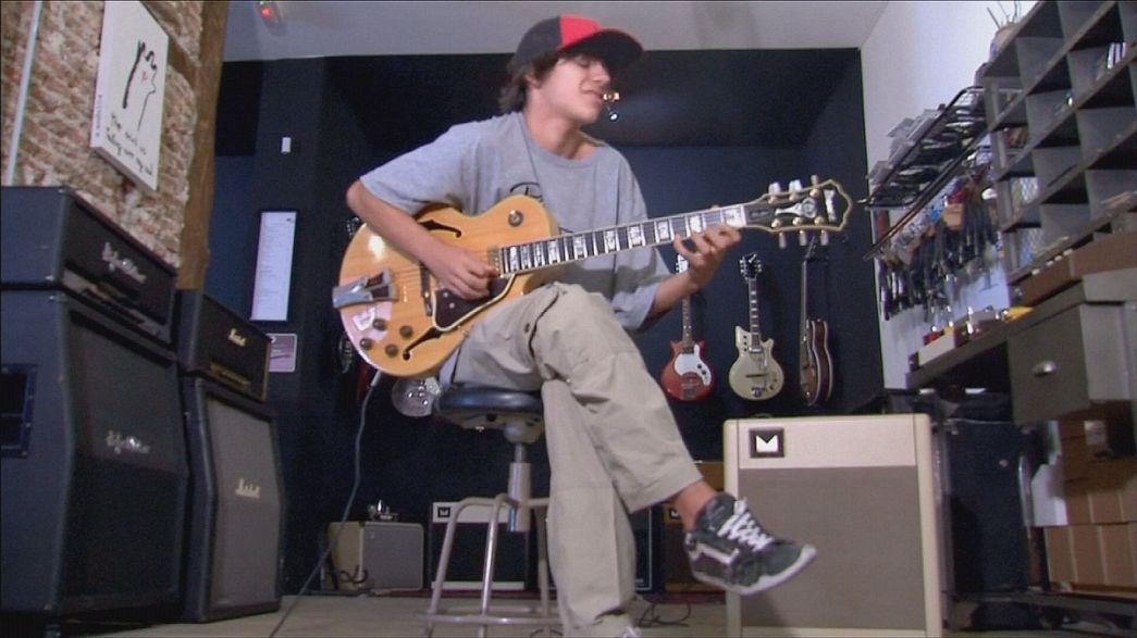 گیتاریست جاز نوجوان مادریدی در راه شکوفایی