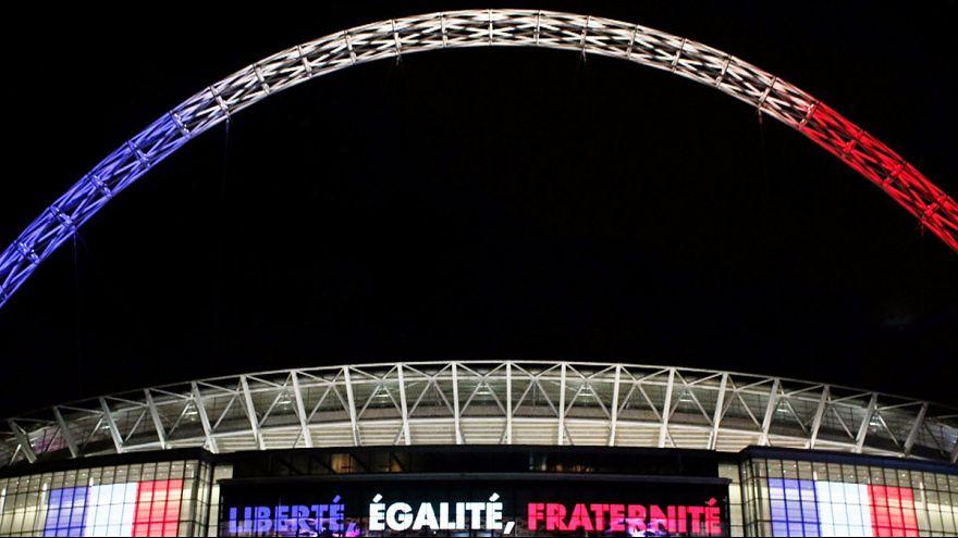 Les supporters français et anglais chantent ensemble la Marseillaise au stade de Wembley
