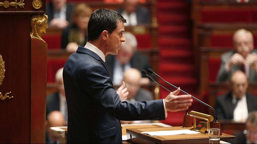 """France : l'état d'urgence prolongé de trois mois, Manuel Valls évoque une """"menace chimique"""""""
