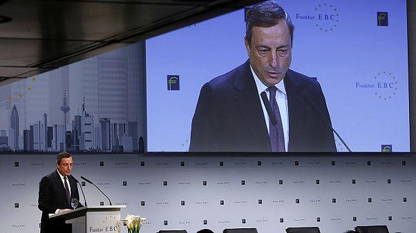 Draghi vuelve a afirmar que el BCE se plantea ampliar la compra masiva de activos