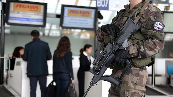 فرنسا تشدد على إبقاء المراقبة الأمنية على حدودها