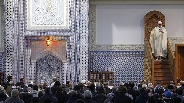 برپایی نماز جمعه در مسجد پاریس تحت تدابیر شدید امنیتی