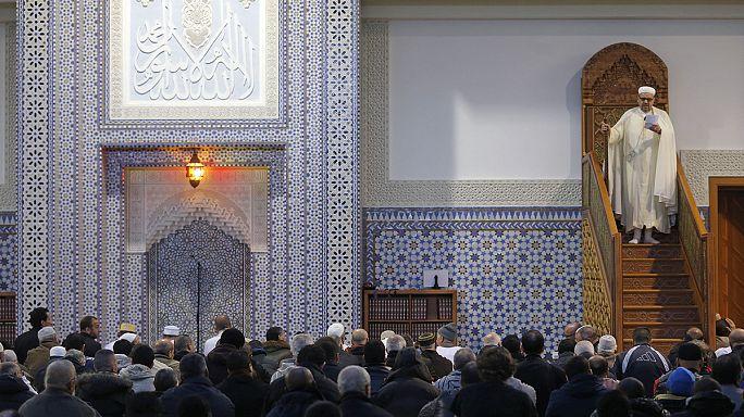 Paris'te Cuma namazına katılan Müslümanlar tedirgin