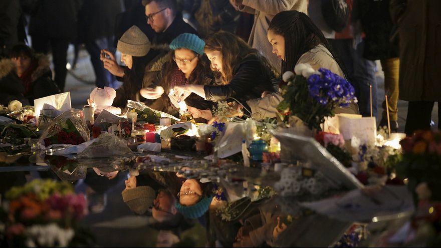 Парижане скорбят по 130 погибшим от рук террористов согражданам