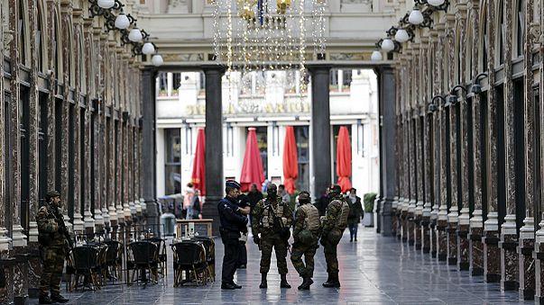 Continua l'allerta a Bruxelles, la città è blindata e si cercano diversi terroristi