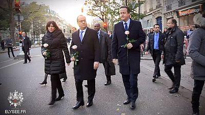 Hollande e Cameron visitam Bataclan