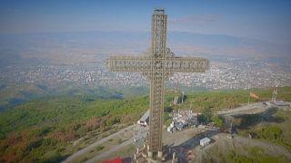 Hatvanhat méter magas kereszt a hegytetőn - itt, a közelben