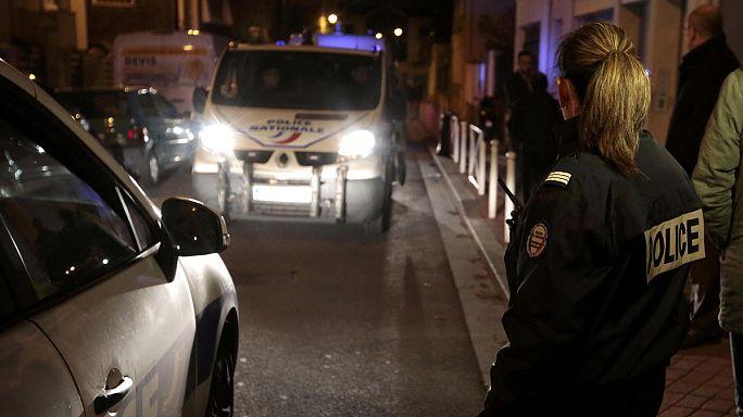 """الشرطة الفرنسية تعثر على """"حزام مشبوه'"""" في ضاحية باريس"""