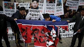 Apalean un monigote de Kim Yong-un durante una protesta nacionalista en Seúl