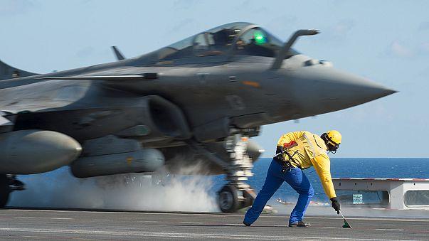 الجيش الفرنسي ينفذ ضربات لتنظيم الدولة الإسلامية بعد وصول حاملة الطائرات شارل ديغول