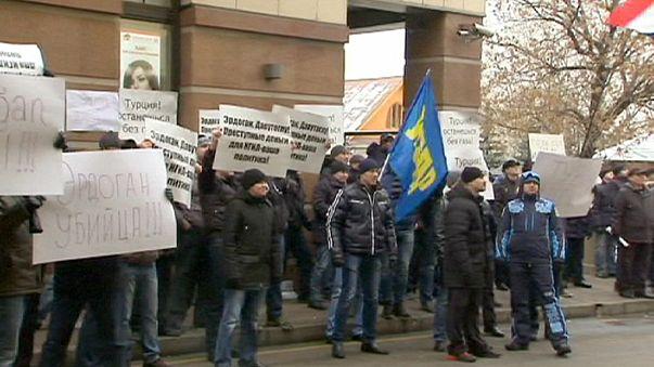 """الروس يتظاهرون أمام السفارة التركية في موسكو ويصفون أردوغان ب""""المجرم"""""""