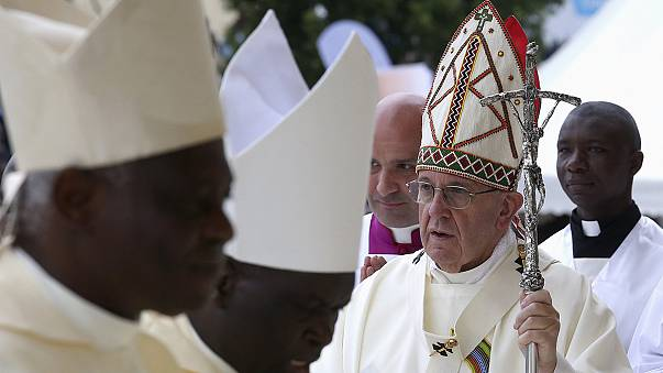 البابا فرنسيس يدعو إلى الحوار بين الأديان ويندد بجرّ الشباب إلى العنف والتطرف