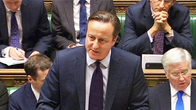 Szíriai légicsapásokhoz kéri a parlament felhatalmazását a brit kormányfő